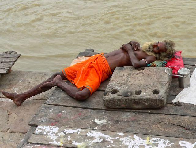Zdjęcia: Waranasi, Waranasi, śpiący Sadhu, INDIE