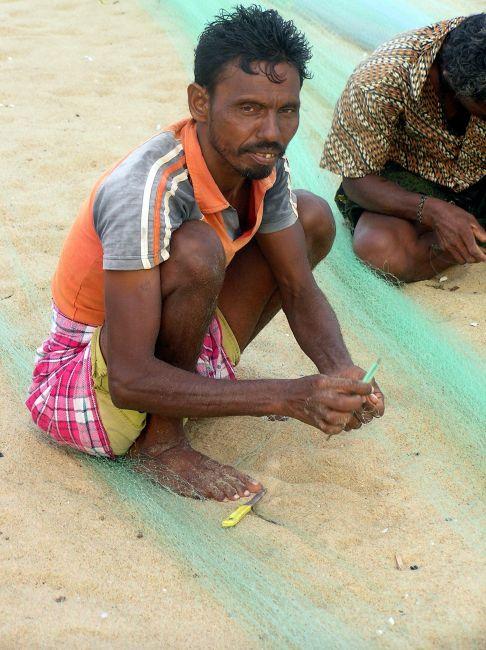 Zdjęcia: Puri, Orissa, Naprawianie sieci, INDIE