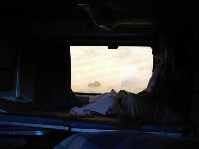 Zdjęcia: pociąg, Rajasthan, zamyślony podróżnik, INDIE