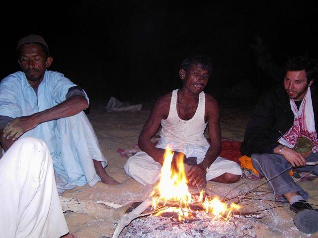 Zdjęcia: Jaisalmer - pustynia Thar, Rajasthan, płonie ognisko, INDIE