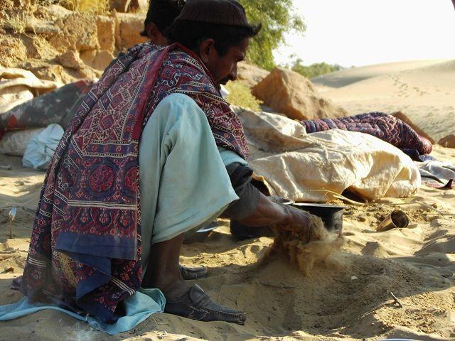 Zdjęcia: Jaisalmer - pustynia Thar, Rajasthan, mycie garów:-), INDIE