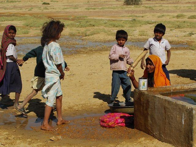 Zdjęcia: Jaisalmer - pustynia Thar, Rajasthan, życie w wiosce - pranie, INDIE