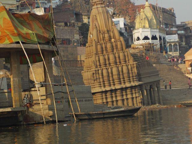Zdjęcia: Varanasi, Uttar Pradesh, rzeka zabiera.., INDIE