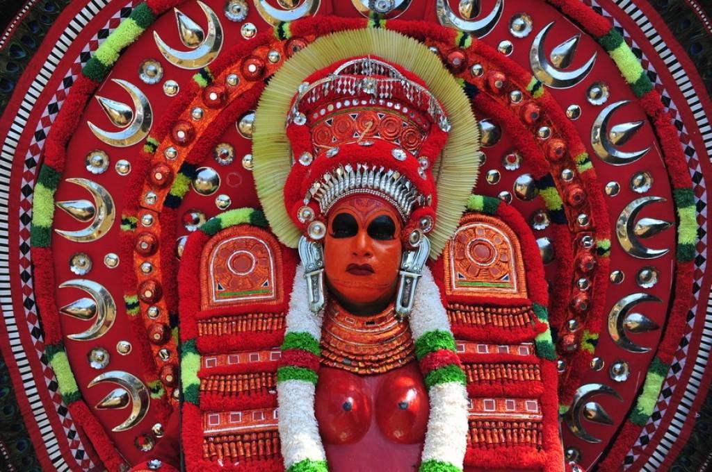 Zdjęcia: ---, Kerala, Tancerz Theyyam w rytualnym stroju w świątyni w Thilannur., INDIE