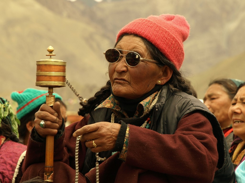 Zdjęcia: Ladakh, Klasztor w Lamayuru, Jammu i Kashmir, Kobieta z młynkiem, INDIE
