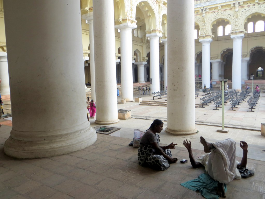 Zdjęcia: W pałacu w Mysore, Karnataka, Pogaduchy między kolumnami, INDIE