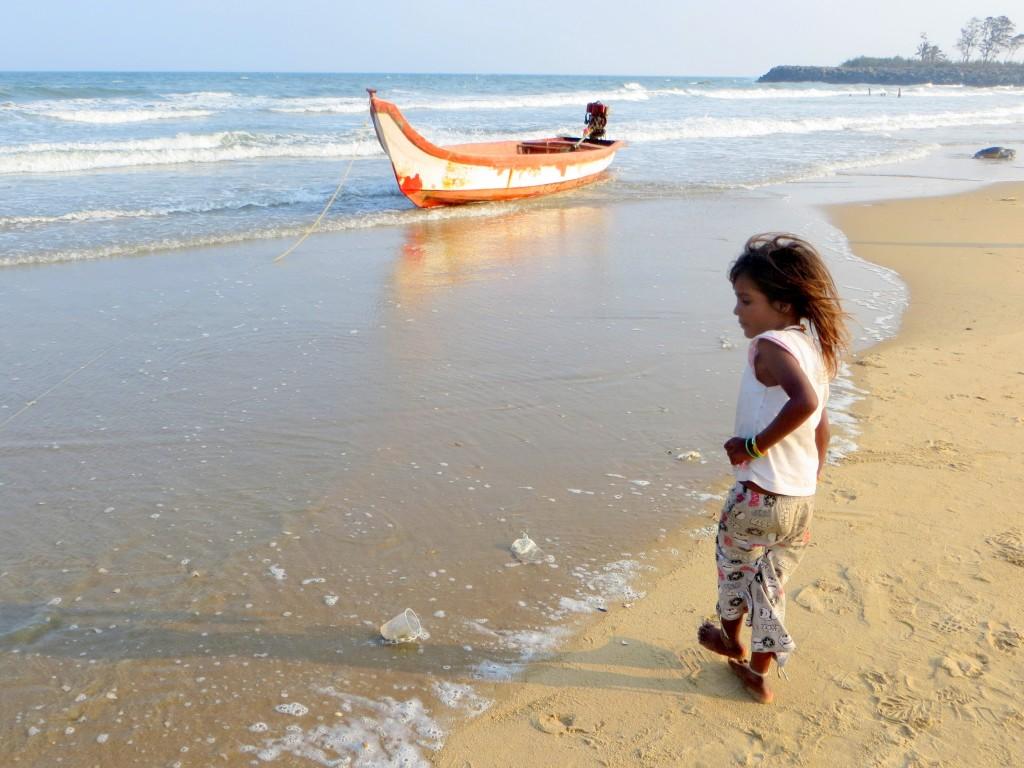 Zdjęcia: Mamallapuram, Tamil Nadu, dziewczynka na plaży, INDIE