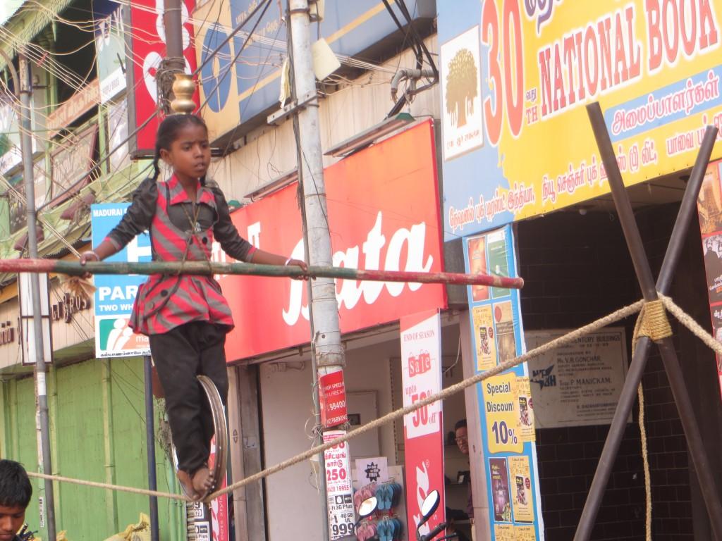 Zdjęcia: na indyjsciej ulicy, ..., dziewczynka na linie, INDIE