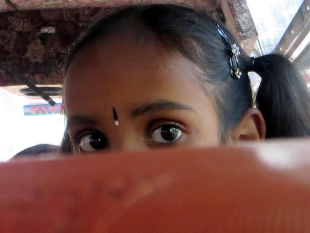 Zdjęcia: ...., ..., dziewczynka w autobusie, INDIE