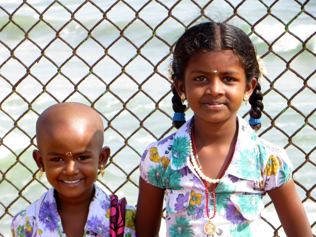 Zdjęcia: Światynia Nadbrzeżna, Tamil Nadu, dziewczynki przed ogrodzeniem, INDIE