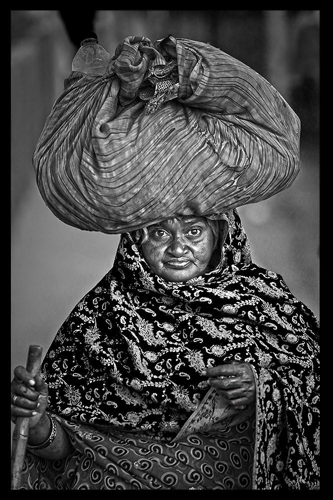 Zdjęcia: Agra, Agra, Dama z tobołkiem, INDIE