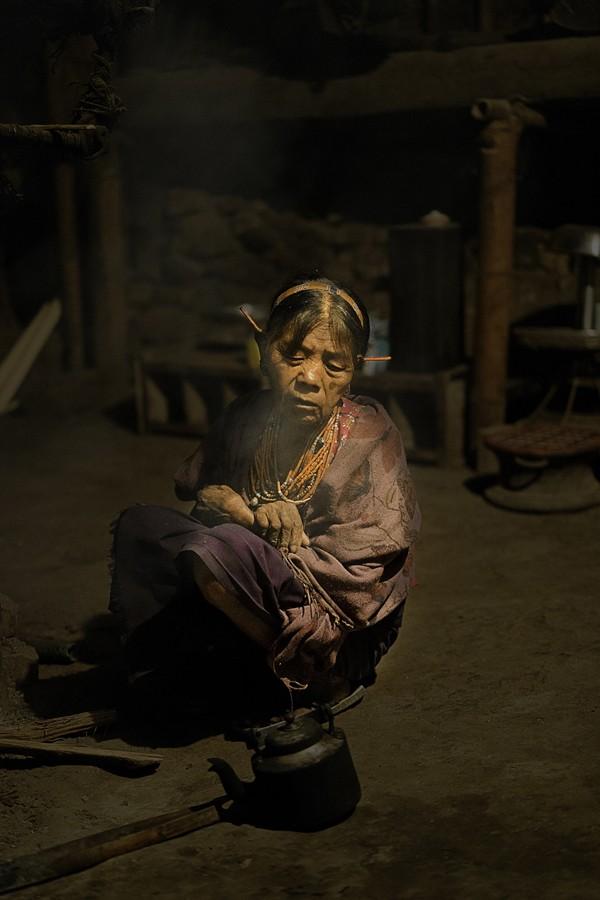 Zdjęcia: Mon, Nagaland, w chacie przy palenisku, INDIE