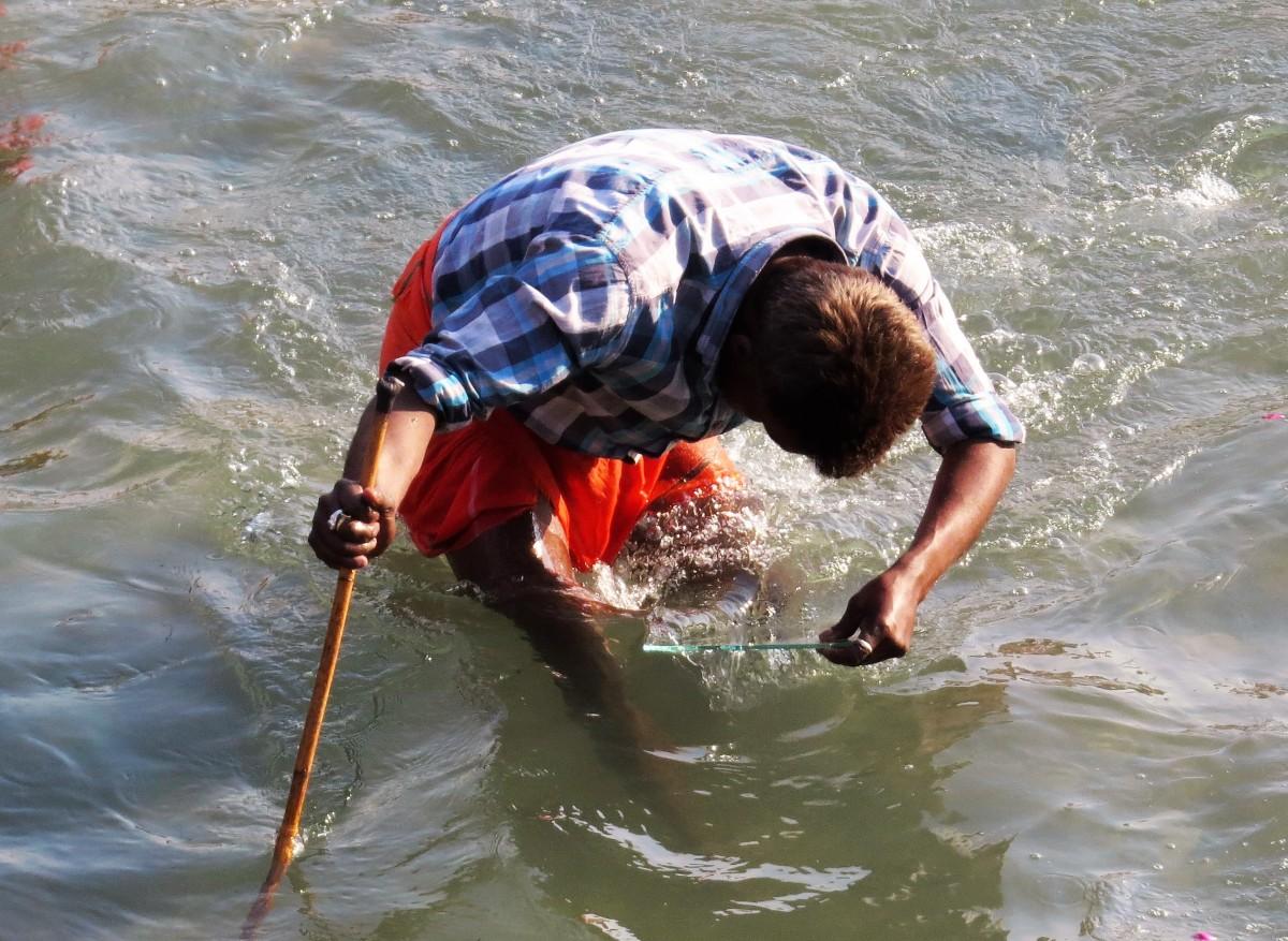 """Zdjęcia: Haridwar, Uttarakhand, W poszukiwaniu """"skarbów"""", INDIE"""