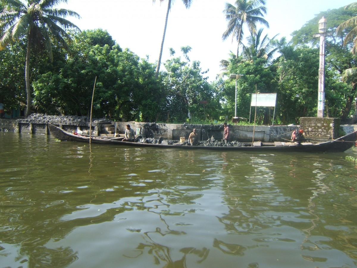 Zdjęcia: Alleppey, Kerala, Robotnicy umacniają brzeg kanału, INDIE