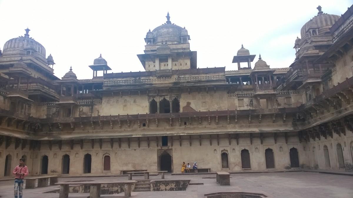 Zdjęcia: Orcha, Madhya Pradeś, Na dziedzińcu Jahangir Mahal, INDIE