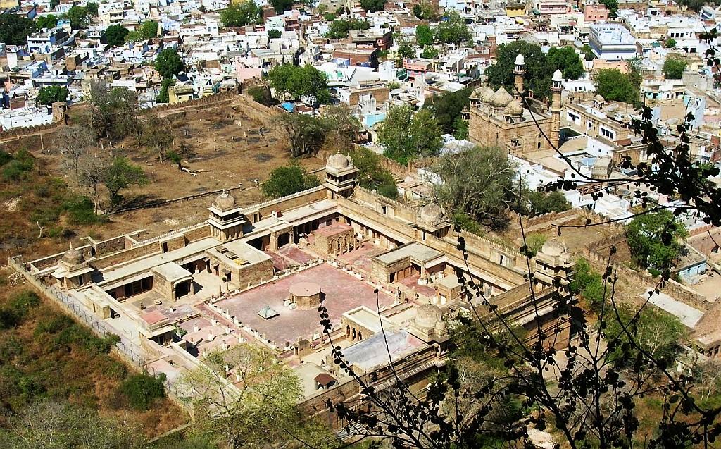 Zdjęcia: Gwalior, Madhja Pradesh, widok z twierdzy na muzeum archeologiczne, INDIE
