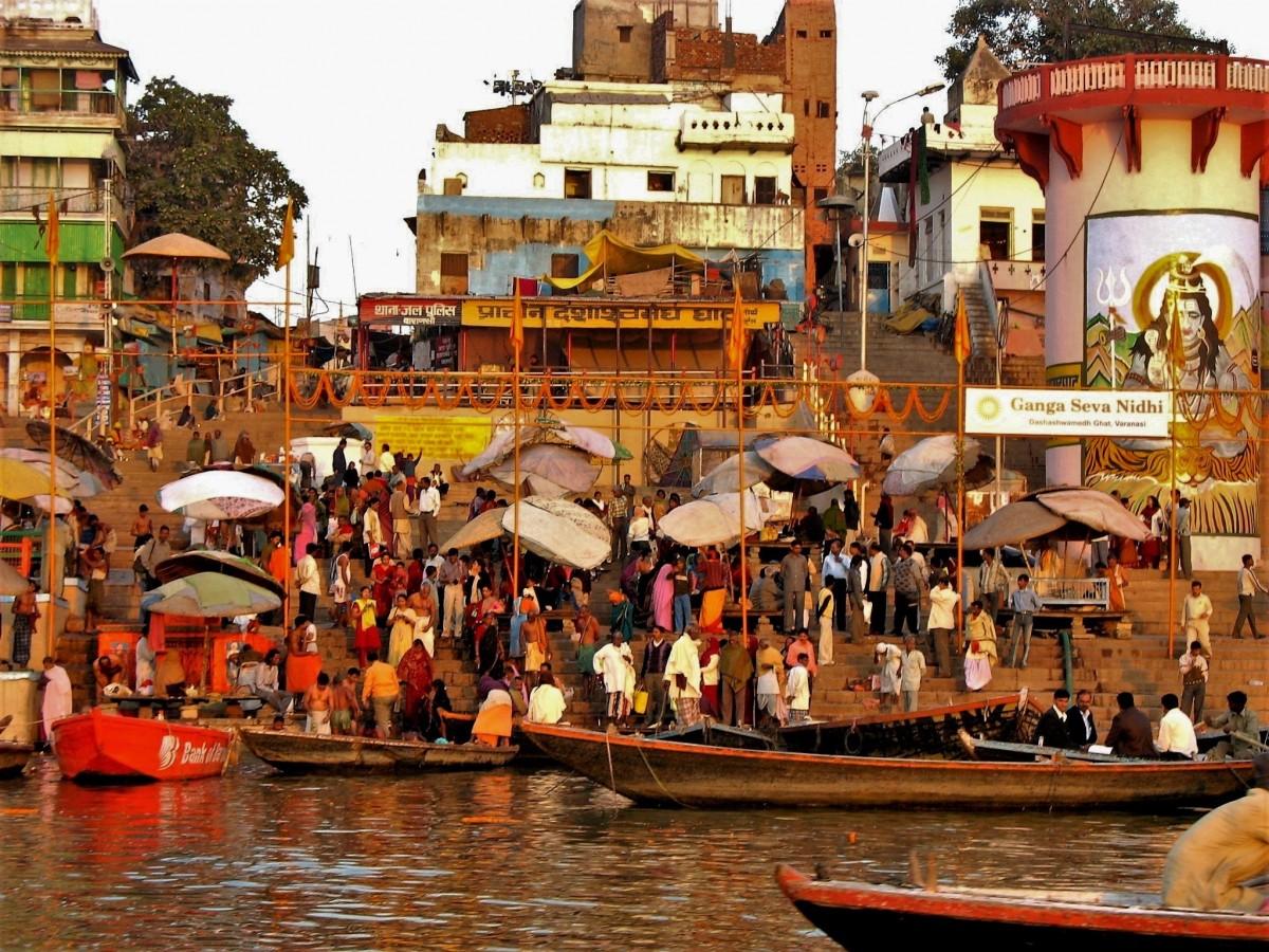 Zdjęcia: Ghaty nad Gangesem, Waranasi, Ghaty dostarczają cudzoziemcom wielu emocji, INDIE