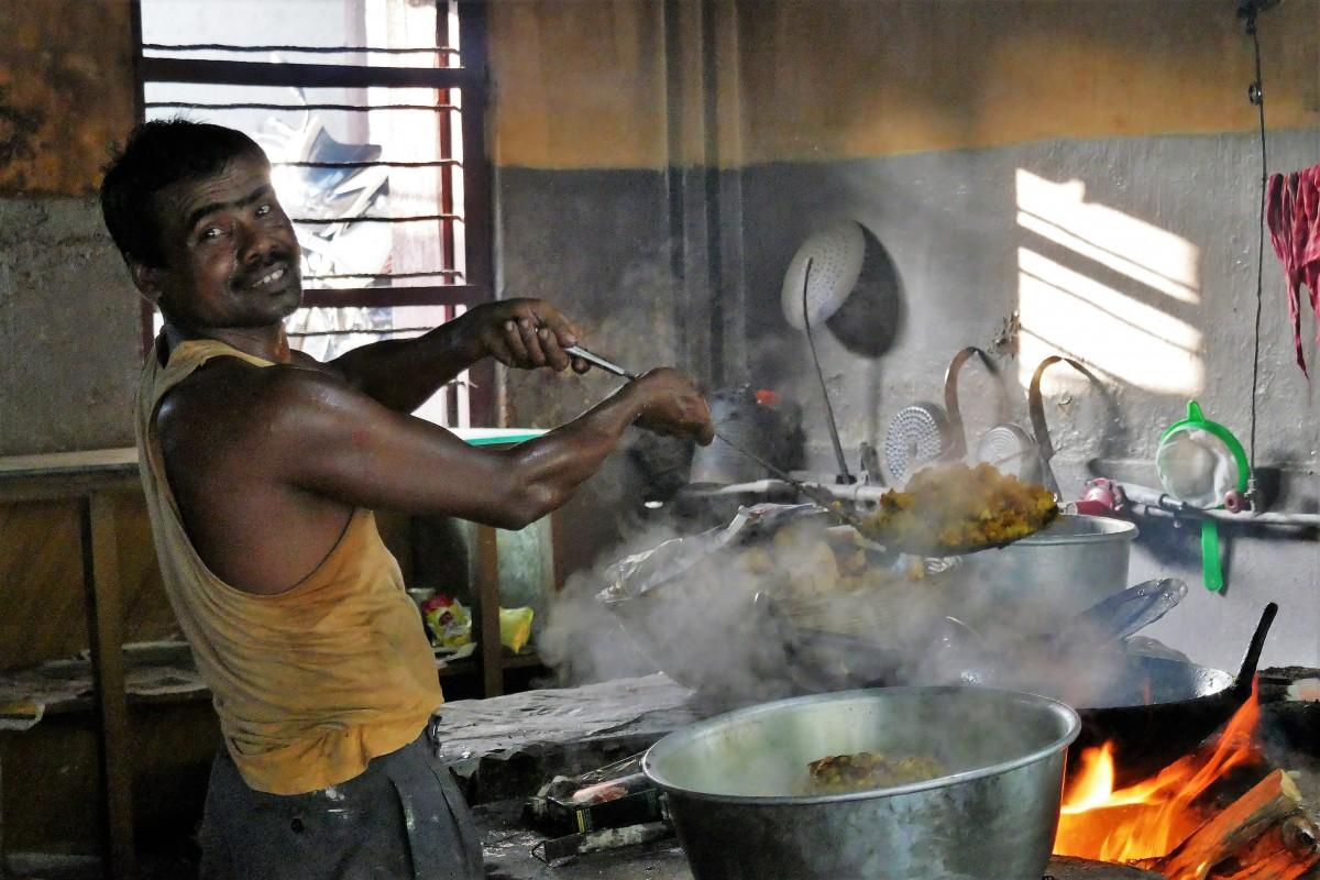 Zdjęcia: Bagdogra, Darjeeling, Na zapleczu jadłodajni, INDIE