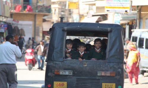 Zdjęcie INDIE / Rajasthan / Jaisalmer / Dzieciaczki jada do szkoly
