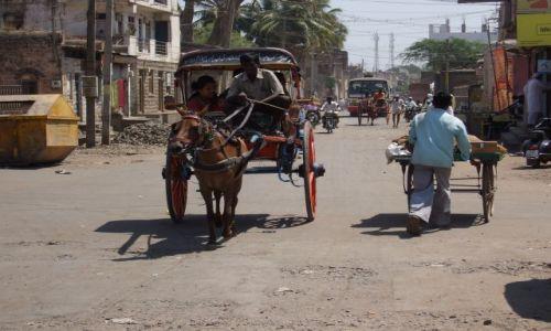 INDIE / Karnataka / jedna z głównych ulic miasta / muzulmańskie miasto Bijapur