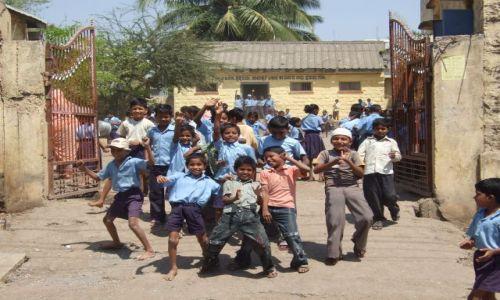 Zdjecie INDIE / Karnataka / Bijapur / dzieciaki zawsze tak reagują na widok białego