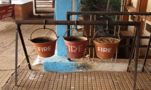 Zdjęcie INDIE / Goa / Dworzec kolejowy w Canakona / Dworcowe gaśnice
