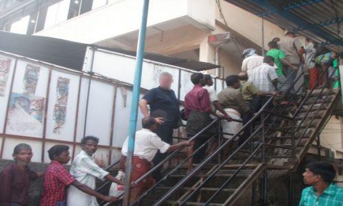 Zdjecie INDIE / Kerala / Cochin / w kolejce do monopolowego