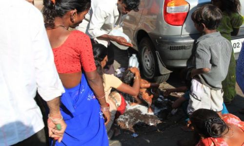 Zdjecie INDIE / Maharasztra / Bombaj / Poranne mycie dziecka