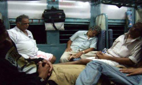 Zdjecie INDIE / Kerala / Gdzieś na trasie / Luksusy 2 klasy :):)