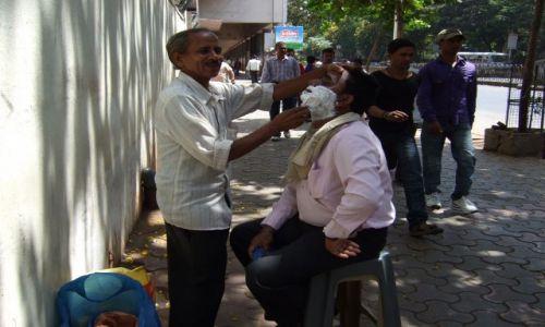 Zdjęcie INDIE / Macharasztra / Bombaj / Ten golibroda już sie nie sprzeciwiał