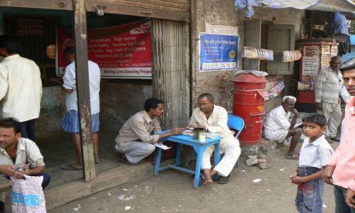 INDIE / Maharastra / Mumbai / Pisarz w Dharavi Slum