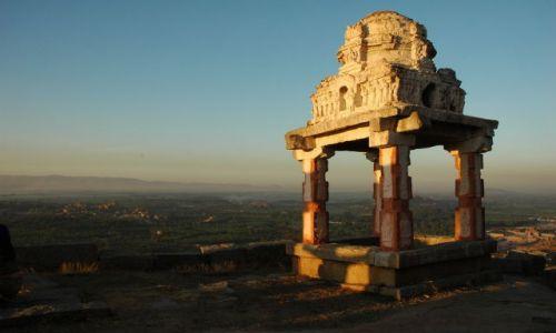 Zdjecie INDIE / Karnataka  / Hampi / swiatynia na wzgorzu
