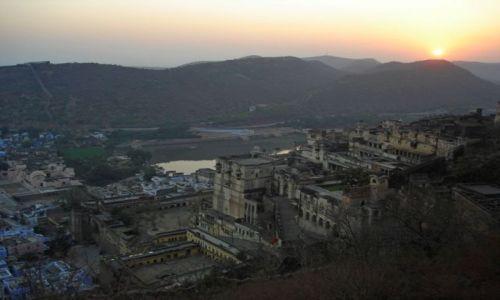 INDIE / Rajasthan / Bundi / Zachod slonca nad palacem