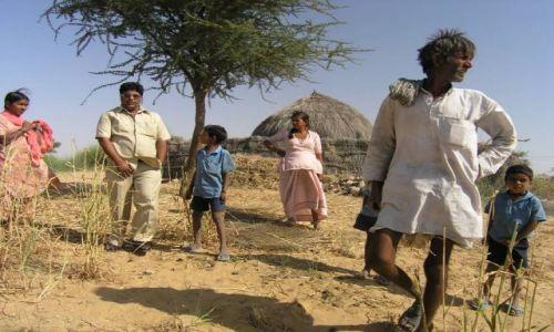 Zdjecie INDIE / brak / Pustynia Radzastan / Rodzina na pustyni w Radzastanie