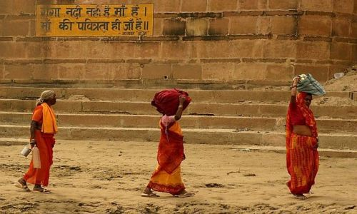 Zdjecie INDIE / Varanasi / ghaty nad Gangesem / Trzy kobiety