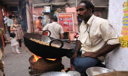 INDIE / Rajasthan / Jaipur / Smazenie orzeszkow ziemnych