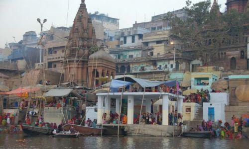 Zdjecie INDIE / Uttar Pradesh / Varanasi / Ghaty w Varansi - widok z łodzi na Gangesie