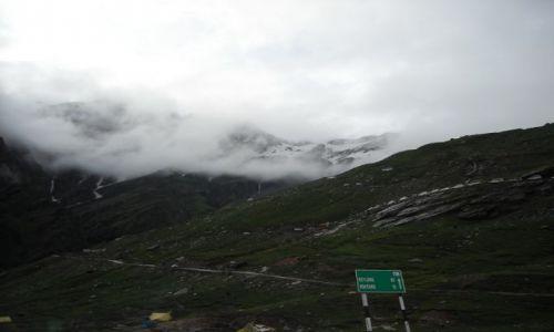 INDIE / Himachal Pradesh / Manali-Przełęcz Rohtang / Tam w górze wśród chmur jest przełęcz.... brama do dloliny Spiti
