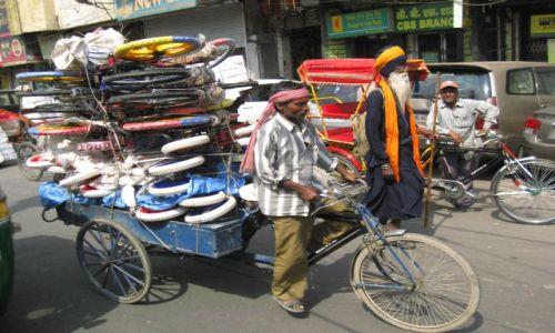Zdjęcie INDIE / - / Old Delhi / Riksza z mega ładunkiem