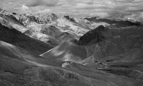 Zdjecie INDIE / Himalaje / Ladakh / Góry w B/W