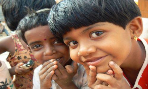 INDIE / - / Kanyakumari, Kerala. / Zaciekawione dzieci.