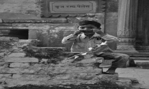 Zdjecie INDIE / - / Varanasi / Chłopiec z Latawcem