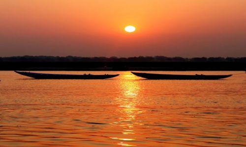 Zdjęcie INDIE / Uttar Pradesh / Waranasi / Ganges o wchodzie