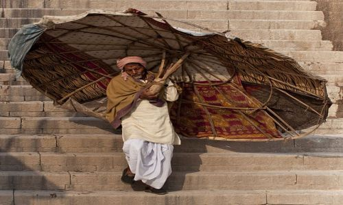 Zdjęcie INDIE / - / Waranasi / Człowiek z parasolem