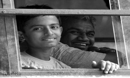 INDIE / - / Delhi / Podpatrzone w oknie autobusu
