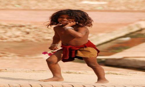 Zdjecie INDIE / - / Agra / Dziewczynka z kwiatkiem