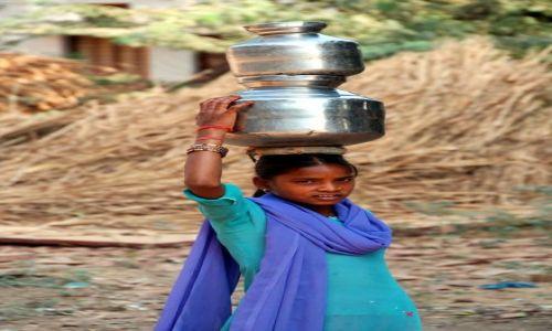 Zdjecie INDIE / - / Fathephur Sikri / Dziewczyna z dzbanem