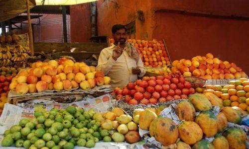 Zdjecie INDIE / Rajastan / Jaipur / Sprzedawca owoc