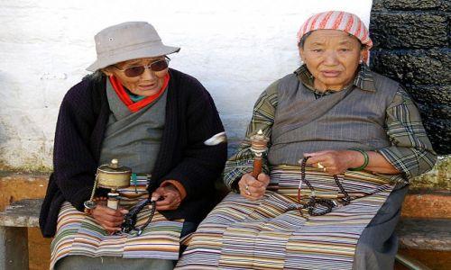 Zdjecie INDIE / Sikkim / Gantok - Klasztor Enchey Gompa / Modlące się kobiety