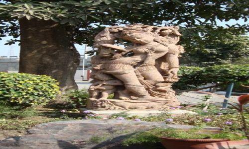 Zdjecie INDIE / Rajastan / Miedzy Delji a Jaipurem / Figurka w ogrodku